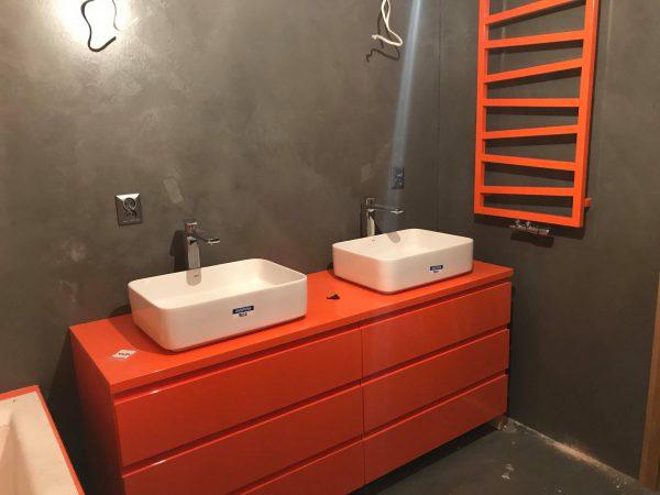 mikrocement w łazience na ścianach-ożarów-łazienka-umywalki-piętro-posadzka żywiczna-mikrobeton-beton architektoniczny-pulawy-lublin-radom-warszawa