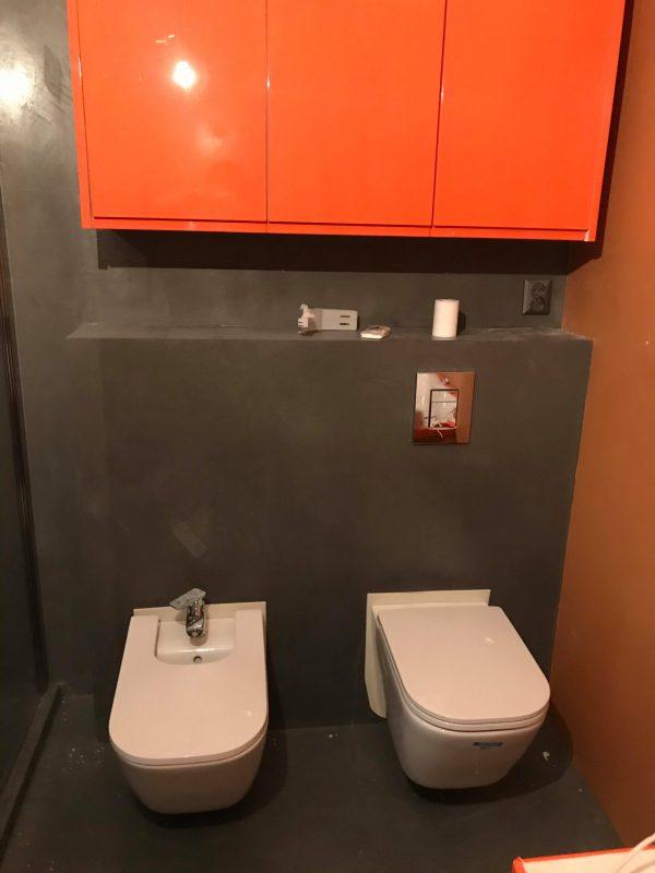 mikrocement w łazience na ścianach-ożarów-łazienka-wc-połysk-piętro-posadzka żywiczna-mikrobeton-beton architektoniczny-pulawy-lublin-radom-warszawa1