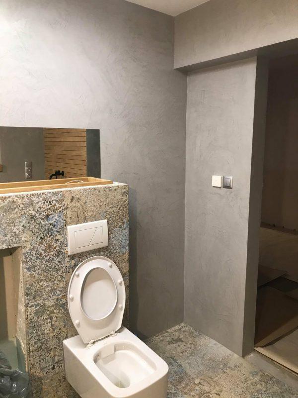 mikrocement w łazience na ścianach-łazienka-wc-połysk-piętro-posadzka żywiczna-mikrobeton-beton architektoniczny-pulawy-lublin-radom-warszawa1