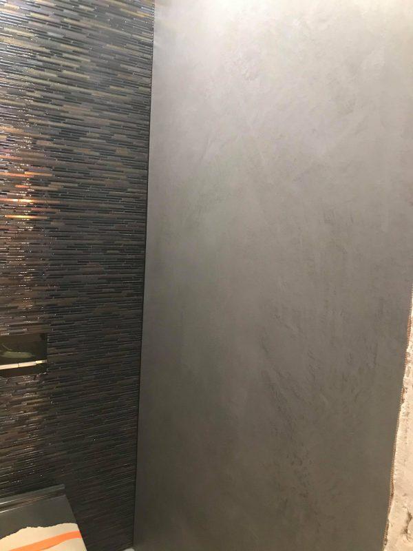 mikrocement w łazience na ścianach-łazienka-wc-połysk-piętro-posadzka żywiczna-mikrobeton-beton architektoniczny-pulawy-lublin-radom-warszawa
